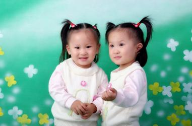 宝宝和贝贝是对可爱的双胞胎姐妹花