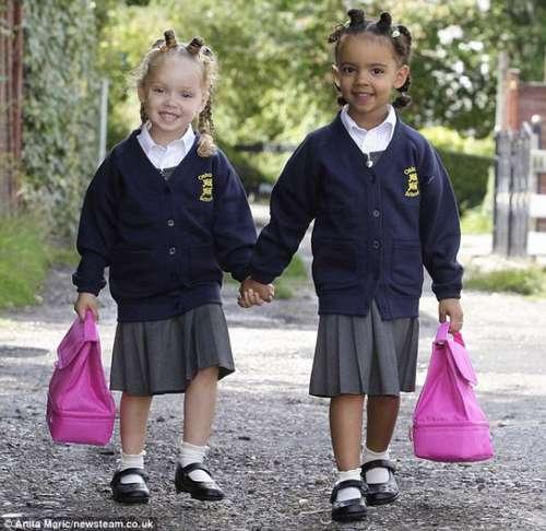 胞胎女孩开始上学图